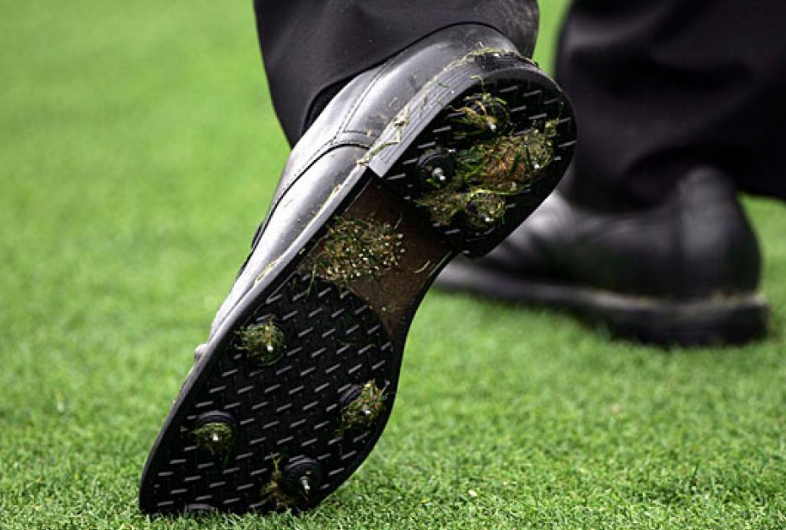 Traditional Golf Shoes with Spikes